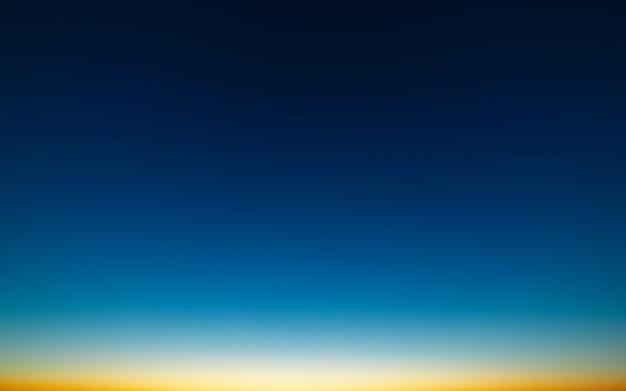 Яркое небо после захода солнца. ясное безоблачное пространство.