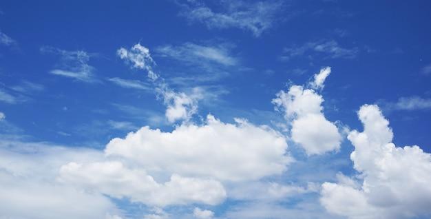 明るい空と美しい雲
