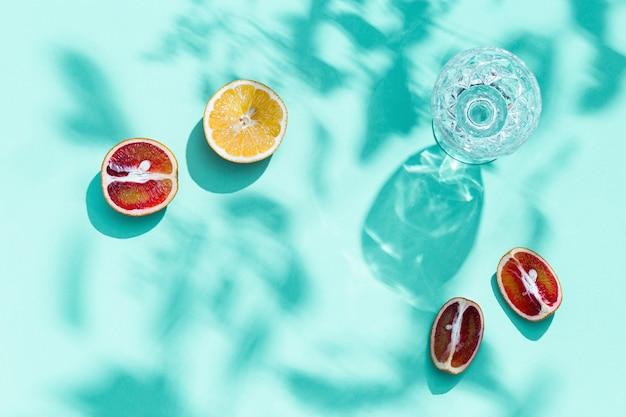 파스텔 청록색 컬러 과일 음식과 여름 개념에 물 밝은 조각 감귤류와 유리