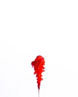 Brillante piccola goccia rossa nel flusso