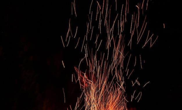 黒に明るい火の火花