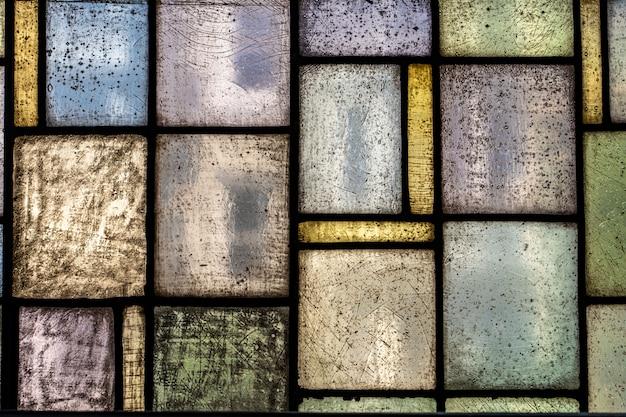 明るいステンドグラスの窓