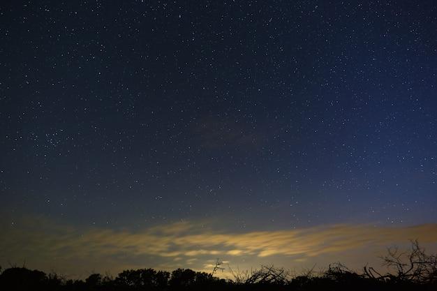 Яркие звезды в ночном небе после захода солнца.