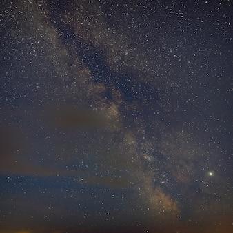 Яркие звезды галактики млечный путь в ночном небе. космическое пространство сфотографировано с большой выдержкой.