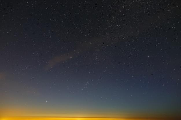 Яркие звезды ночного неба перед рассветом