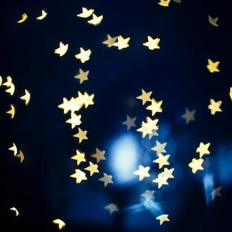 暗い青色の背景に明るい星