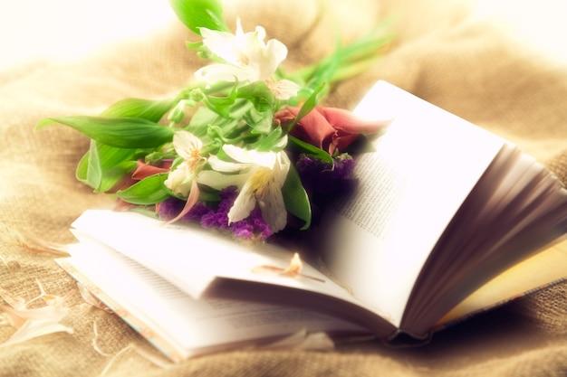 책과 꽃이 있는 밝은 정물. 소프트 포커스입니다.