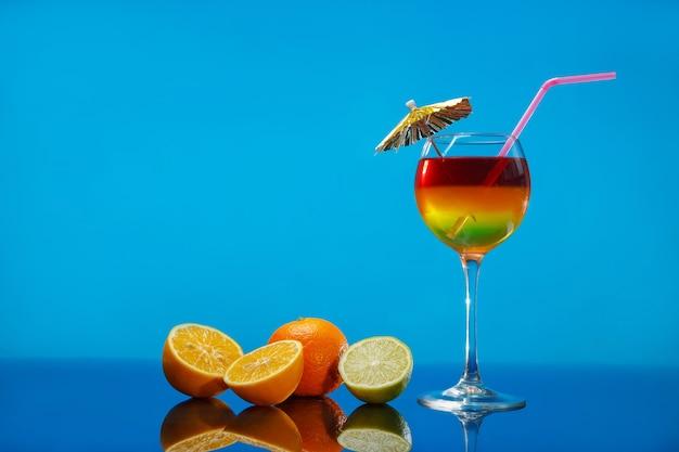 유리와 과일에 밝은 여름 칵테일