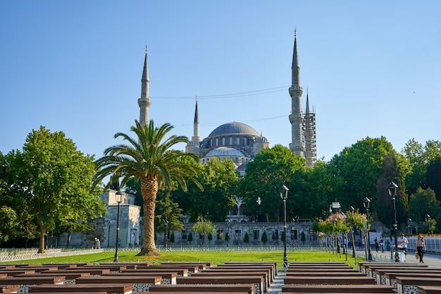 밝은 여름날 이스탄불 시내 술탄 아흐멧 광장에서 블루 모스크를 볼 수 있습니다.