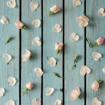 花と花びらで作られた明るい夏のパターン