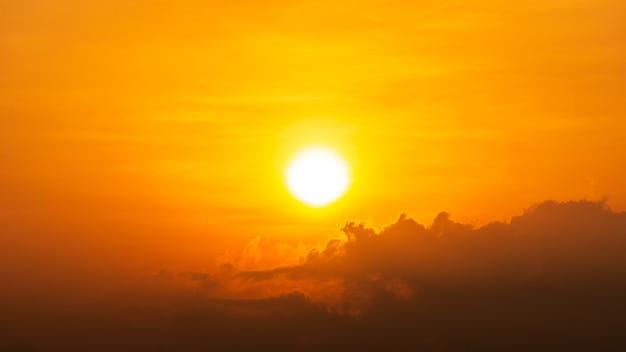 Яркое солнце и облака на оранжевом небе естественный фон