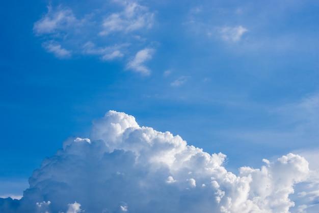 흰 구름이 있는 밝고 맑은 푸른 하늘