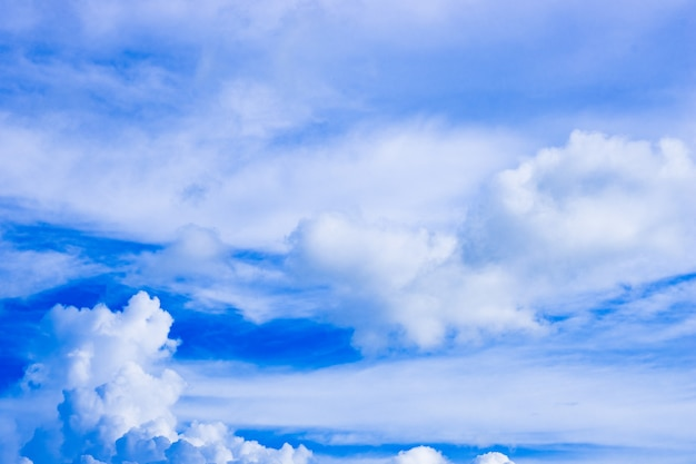 움직이는 구름이 있는 밝고 맑은 하늘