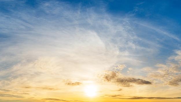 Яркий восход солнца на фоне панорамного вида облачного неба