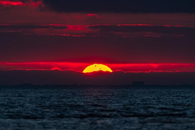 曇り空の明るい日の出