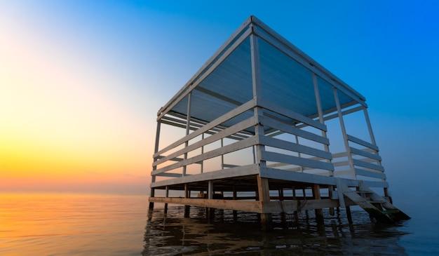 明るい夕日と水上バンガロー。