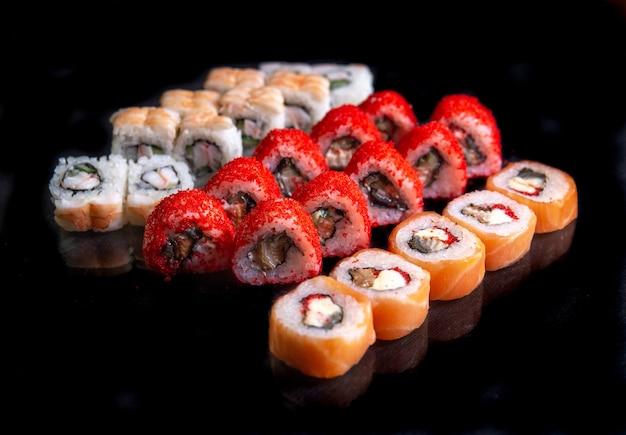 Яркие суши на черном фоне для дизайна меню.