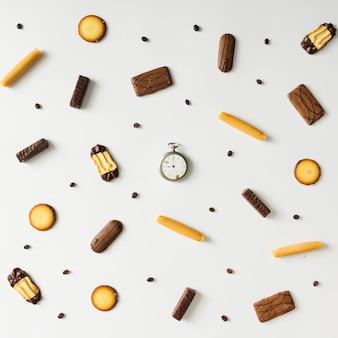 Яркий сладкий образец закуски с винтажными карманными часами. концепция времени.