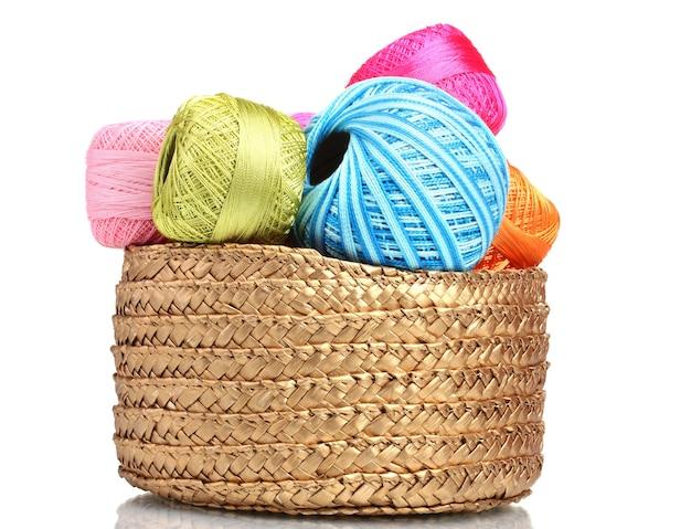 白で隔離のバスケットで編むための明るい糸