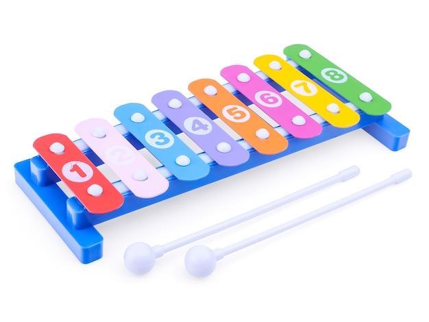 밝은 장난감 실로폰 흰색 배경에 고립 클로즈업. 어린이 악기.