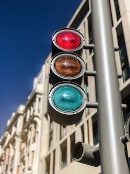 市内中心部の明るい信号
