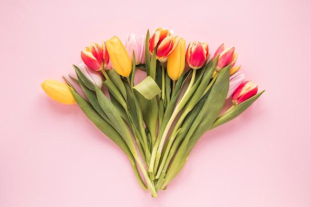핑크 테이블에 밝은 튤립 꽃