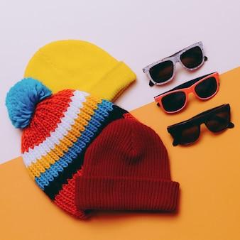 明るい都会。帽子とメガネをセットします。スケートボードとスノーボードのファッションスタイル