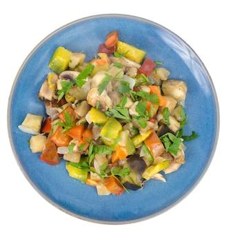 Яркое овощное рагу из сезонных овощей на тарелке.
