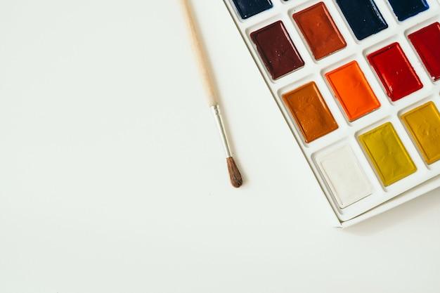 白い背景に明るい水彩絵の具。