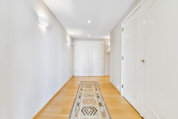 밝은 흰색 벽과 현대 복도의 내부 세부 사항