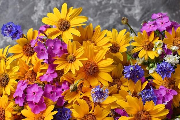 밝은 야생화 클로즈업 노란색 분홍색 파란색 꽃다발