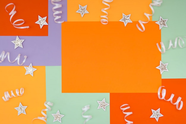 紙吹雪と光沢のある白い星の組成とトレンディな色の非対称幾何学模様で明るく。コンセプト、休日