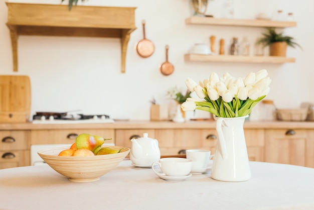 スカンジナビア風の明るい木製キッチン Premium写真