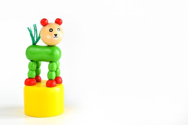 白の子供のための明るい木のおもちゃ
