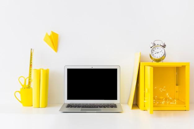 Яркое рабочее место в белых и желтых цветах с будильником