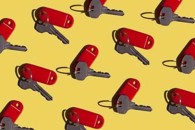 많은 열쇠 아파트에서 열쇠가 있는 밝은 노란색과 빨간색 배경