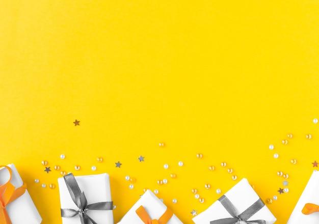 ギフトとコピースペースと明るい黄色の背景