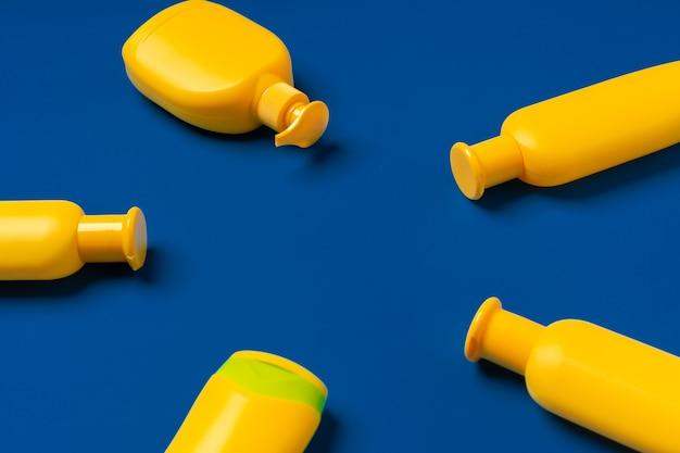 선크림 제품의 밝은 노란색 병