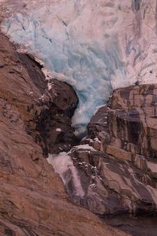 Вид с ледника briksdalsbreen - одного из самых доступных и самых известных гербов ледника йостедалсбреен. briksdalsbreen находится в муниципалитете стрин в графстве согн-ог-фьюране.