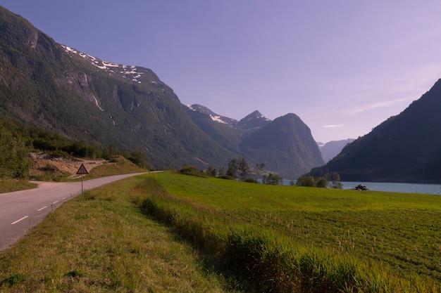 Briksdalsbreen долина с воздуха, в муниципалитете стрин в норвегии.