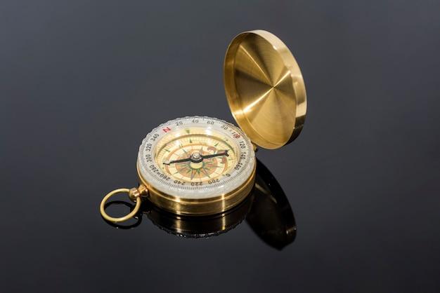 Бриллиант сверкающий прозрачный алмаз, крупным планом стрелять на изолированных фоне