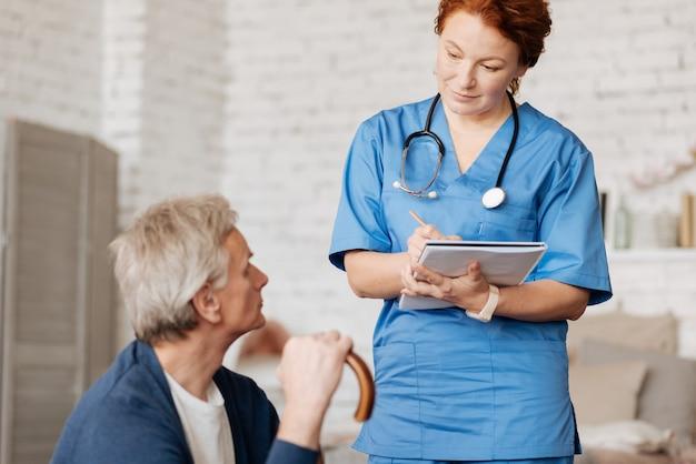 Блестящий специалист. выдающийся квалифицированный местный терапевт выполняет просьбу мужчины и наносит ему визит на дом для проведения консультации.