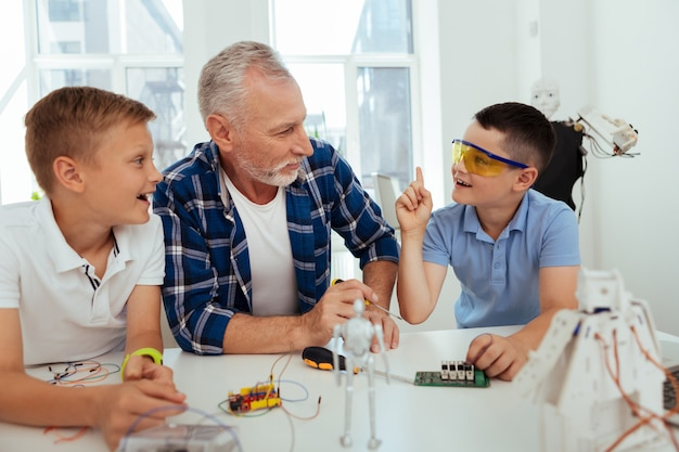 Блестящее решение. хороший умный мальчик смотрит на своего учителя, делится своей идеей
