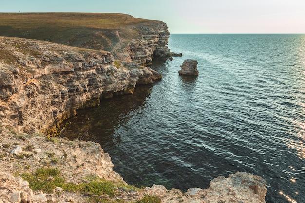 素晴らしい休暇先ビーチの日の出と海の崖