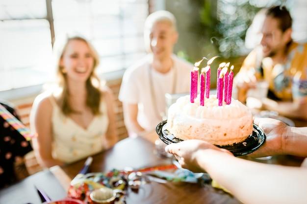 パーティーでバースデーケーキを出す