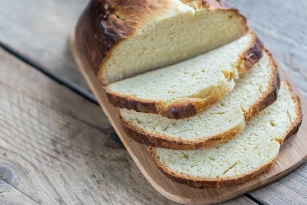 木の板のブリオッシュパン