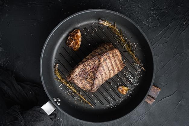 양지머리 쇠고기 고기 구운 세트, 프라이팬에, 블랙 테이블, 평면도 평면 누워