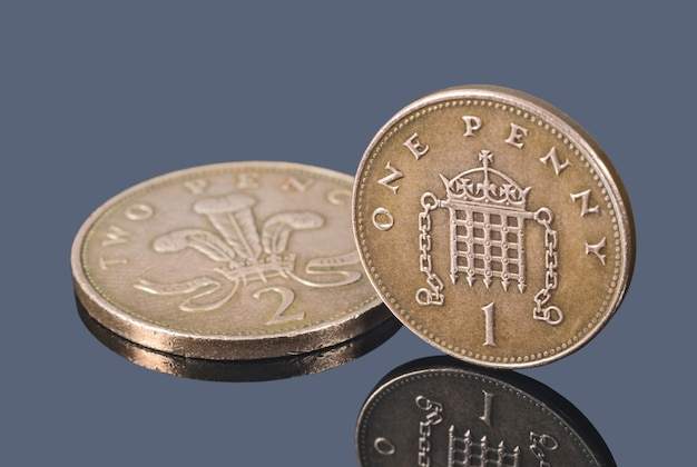 어두운 배경에 고립 된 영국 구리 동전