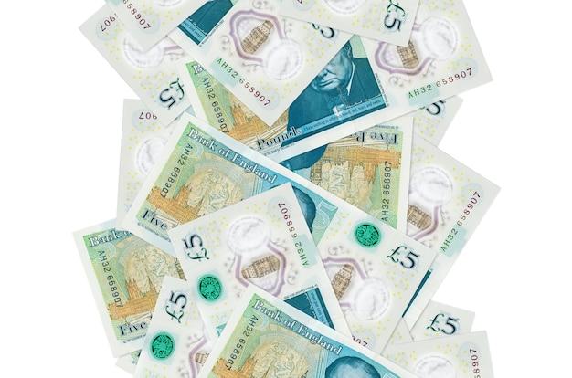 Британские фунты стерлингов, летящие вниз изолированные с