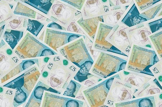 Закладки британских фунтов, лежащие в большой стопке